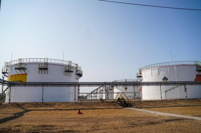 На Буферной базе нефтепродукты хранятся в 16 резервуарах объемом 5 тысяч тонн каждая.