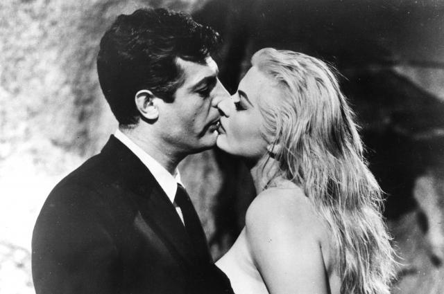 Марчелло Мастроянни и Анита Экберг в фильме «Сладкая жизнь», 1960.