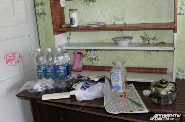 Кухонный стол только что заселившегося в общежитие студента