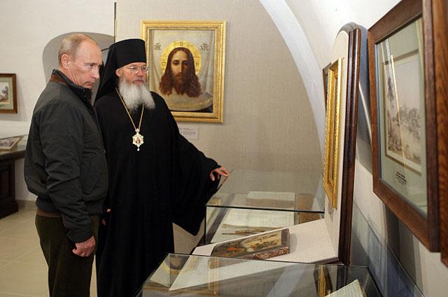 Владимир Путин и наместник Валаамского монастыря владыка Панкратий (слева направо) в музее имени Алексия Второго, 2009 год