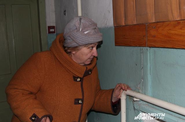 Директор ДК в помещении не снимает верхнюю одежду — через дыры в стене можно смотреть на улицу.