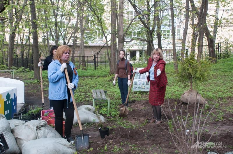 Ольга Воронина (архитектурно-ландшафтный центр «Архиленд», справа) рассказала, сколько полезных растений  будет расти в саду госпиталя.
