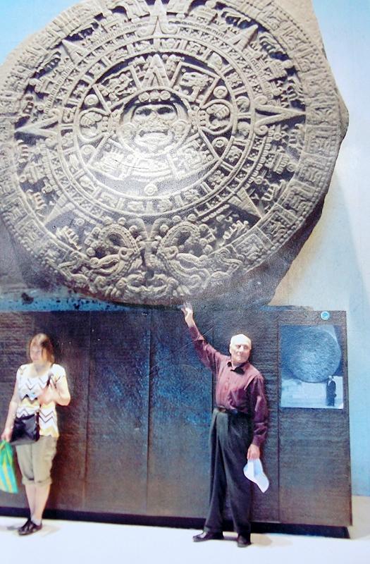 Пермяк рядом с календарём майя.