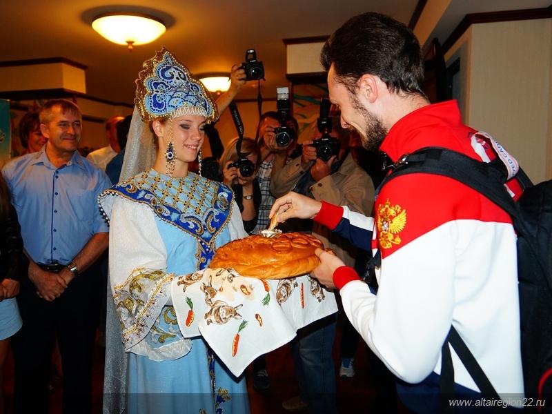 Сергея встречали хлебом-солью.