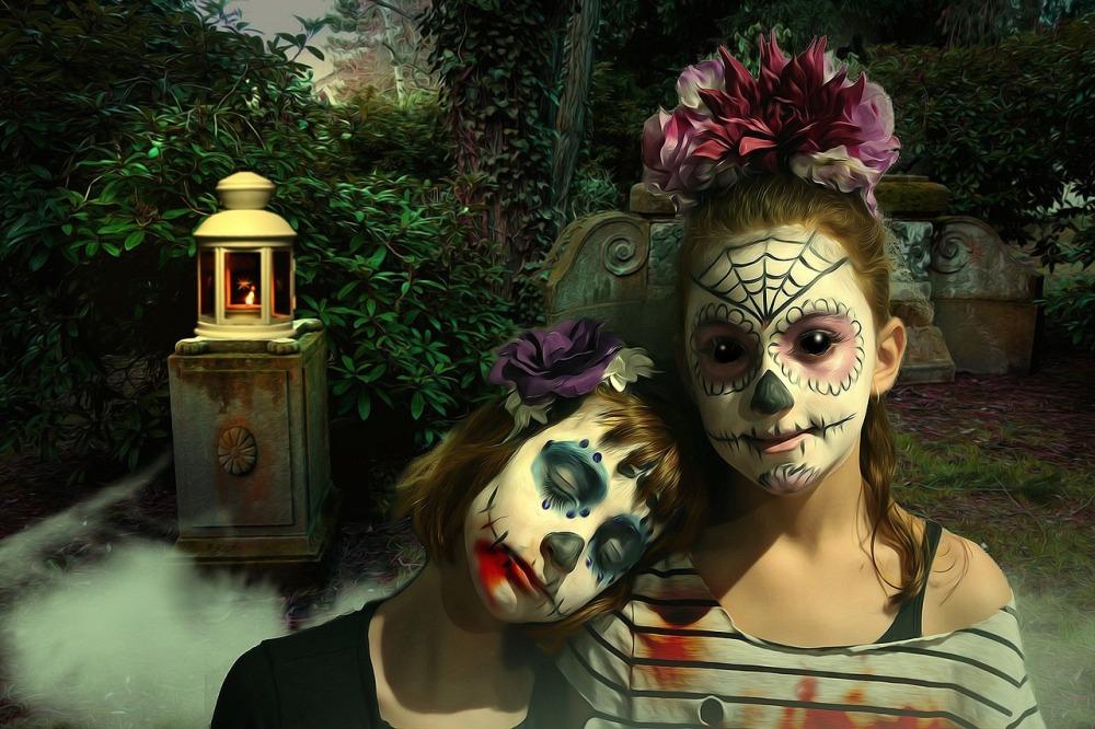 В канун Дня всех святых принято наряжаться в страшные костюмы или надевать зловещие маски.