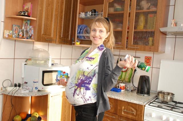 Счастливая беременная женщина.