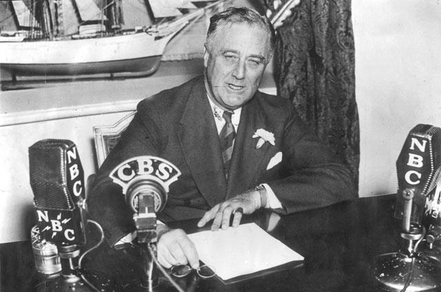 Франклин Рузвельт во время радиообращения из Белого дома. 1936 г.