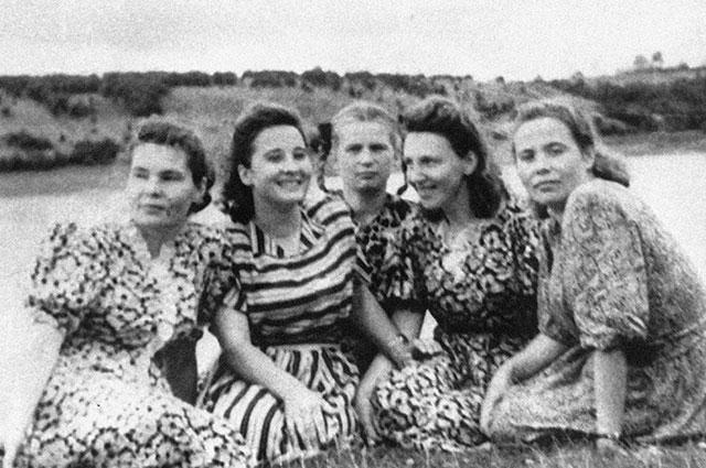Валентина Терешкова (в центре) среди подруг. 1956 г.