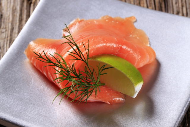 Лаваш с ломтиками лосося - быстрая и вкусная закуска.