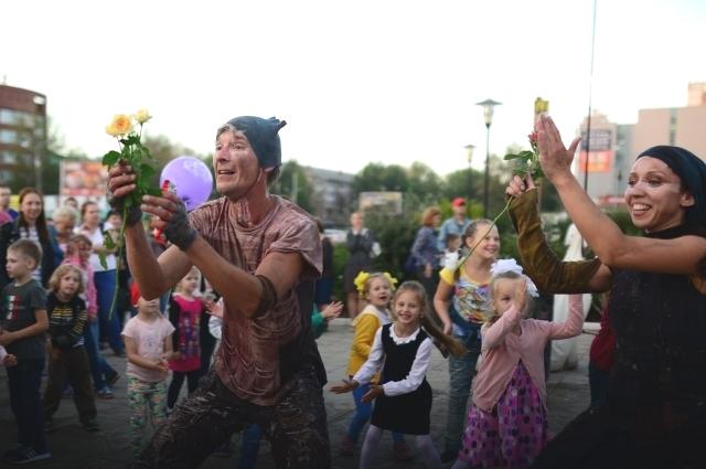 По традиции театр открыл сезон бесплатным спектаклем для детей.