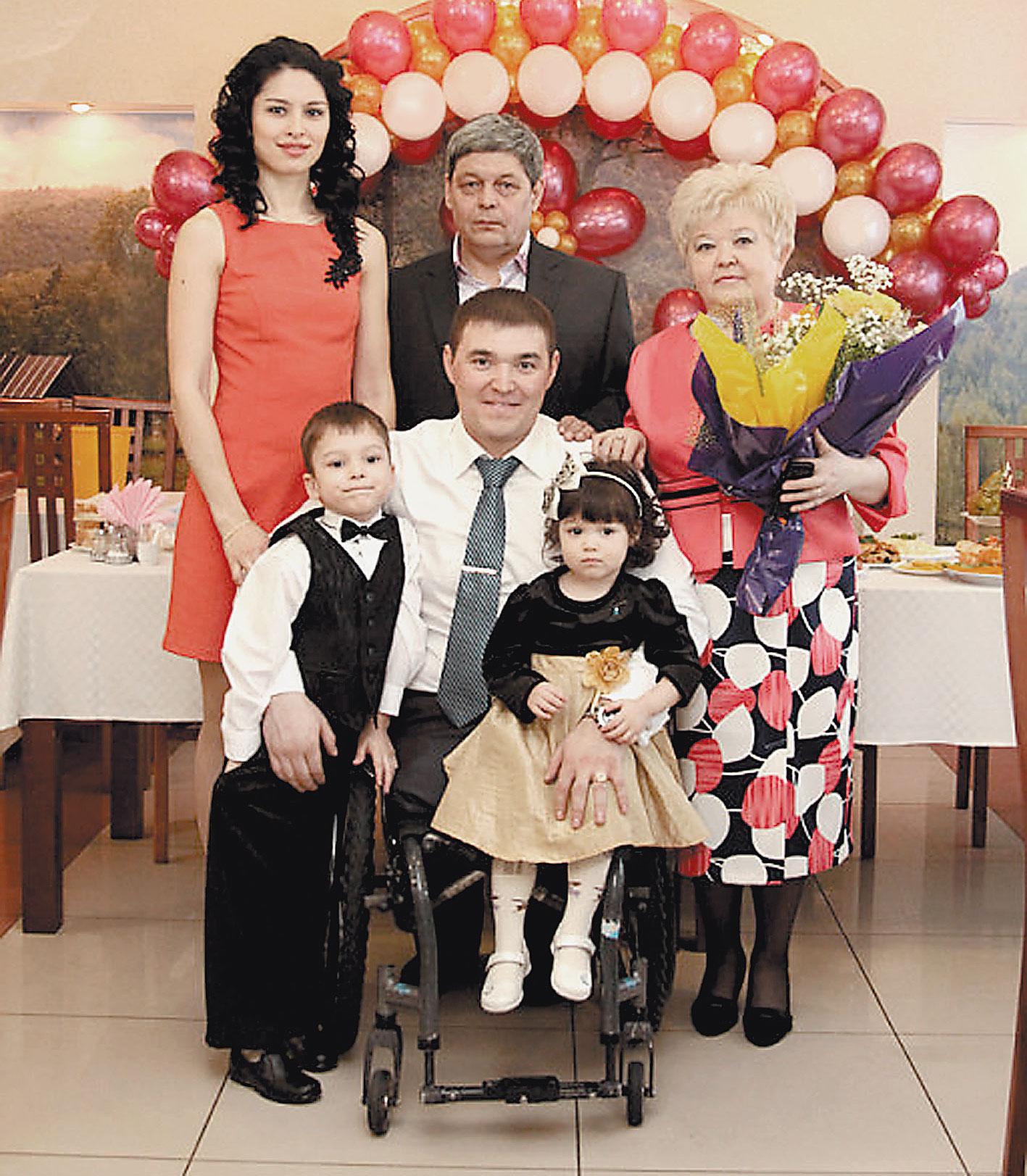 Семья Зариповых в сборе: папа Айрат, мама Василя, Ирек с женой Леной и детьми