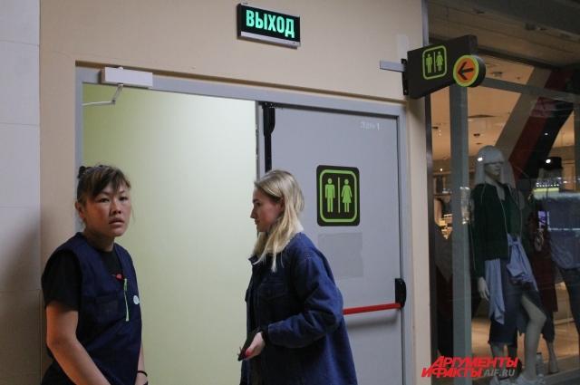 сотрудницы гипермаркета направляются к эвакуационным выходам
