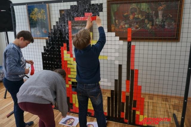 Юные экологи Перми создают арт-объект из разноцветного скотча.