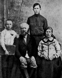 Дмитрий Устинов (слева) с отцом Фёдором Сысоевичем, матерью Ефросиньей Мартыновной и братом Николаем. Самара, 1918 год.