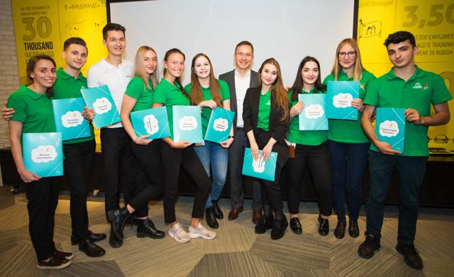 Генеральный директор Макдоналдс в России Марк Карена с выпускниками программы.
