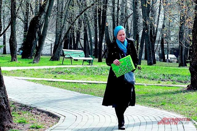 В сквере вдоль Нахимовского проспекта гуляют и местные, иофисные работники.