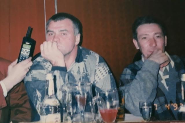 На фото: Александр Костенко (тот самый Лом) - слева, друг Михаила Круга певец Леонид Телешев - справа.