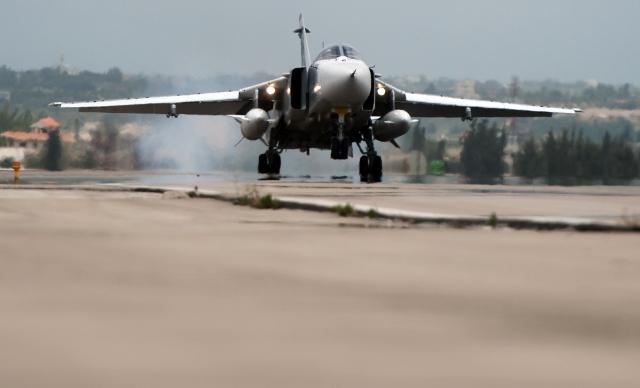Российский фронтовой бомбардировщик Су-24 на авиабазе Хмеймим в Сирии.