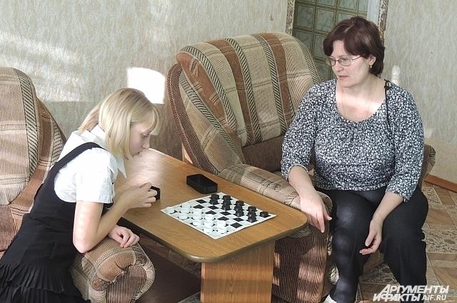 В шашки играть в детском доме умеют все