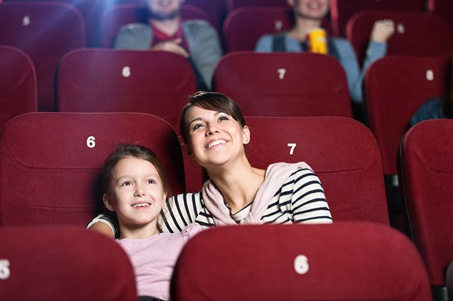 Девочка с мамой в кинотеатре