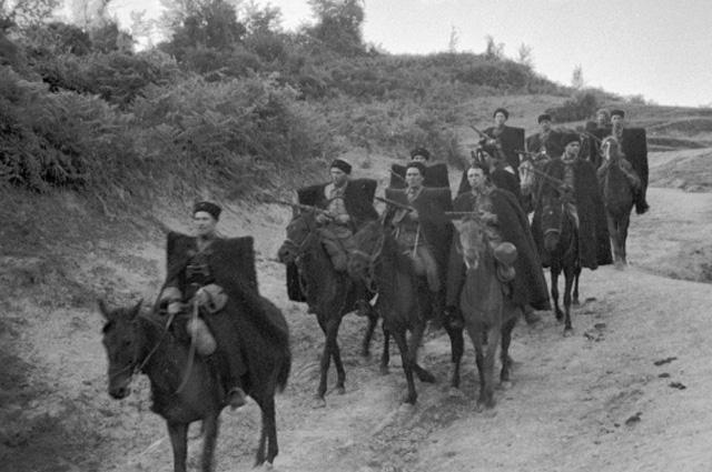 Казаки из 4-го гвардейского кавалерийского корпуса под командованием генерал-лейтенанта Н.Я.Кириченко спускаются по дороге, 1943 г