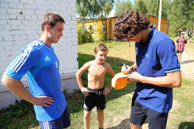 Футболисты «Волги» Андрей Буйволов и Илья Петров раздают автографы во время мастер-класса в детском лагере «Александровка».