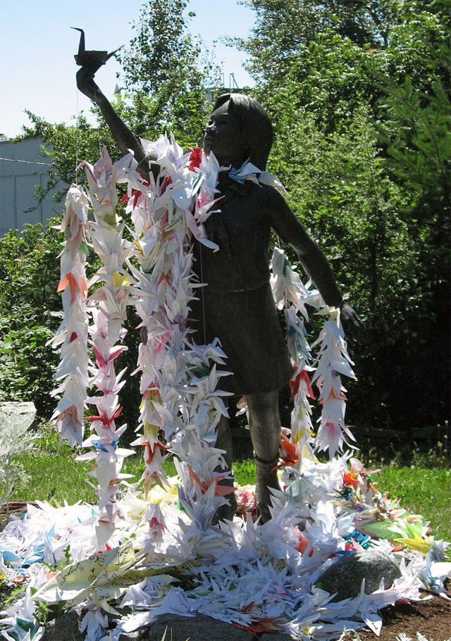 Статуя Садако Сасаки в Парке мира в Сиэтле.