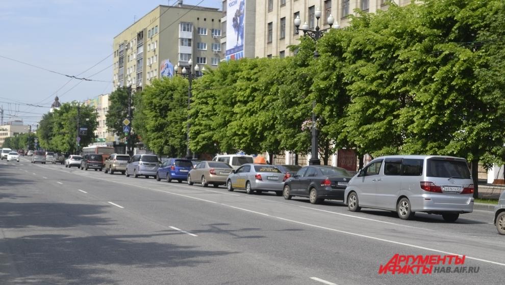 Машины по Муравьёва-Амурского в назначенное время замерли, но лишь потому, что горел красный свет.