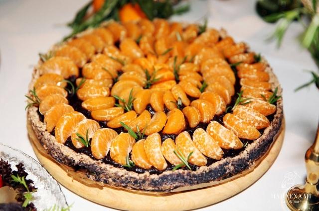Торт из орехов и авокадо с мандаринами