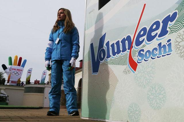 Дежурный волонтер у информационного киоска на вокзале в Сочи