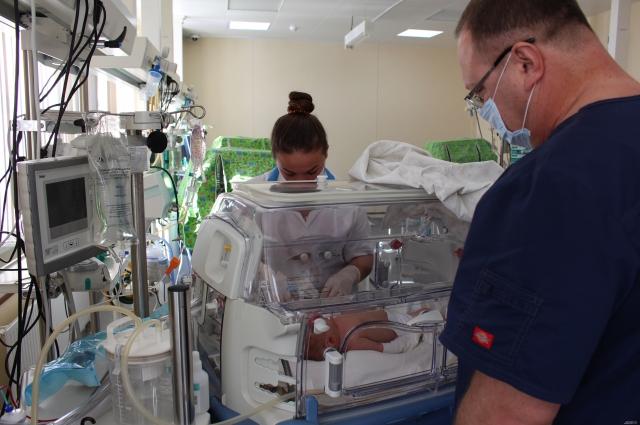 За здоровьем и развитием недоношенных младенцев внимательно наблюдают специалисты.