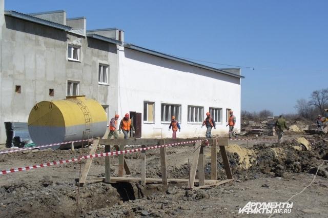 В здании насосной станции ведут наладку оборудования.