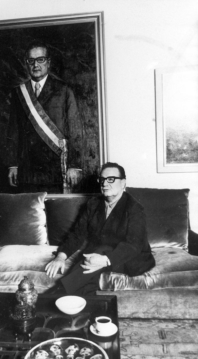 Сальвадор Альенде впрезидентском дворце «ЛаМонеда» усвоего портрета кисти советского художника Ильи Глазунова.