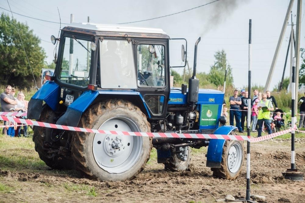 На соревнованиях по фигурному вождению тракторов