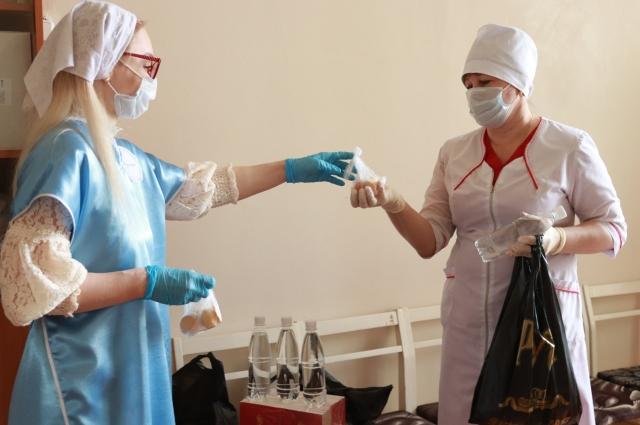 Сестры милосердия через врачей передали пациентам бузулукского  ковид-центра просфоры, святую воду, Евангелие, молитвословы.