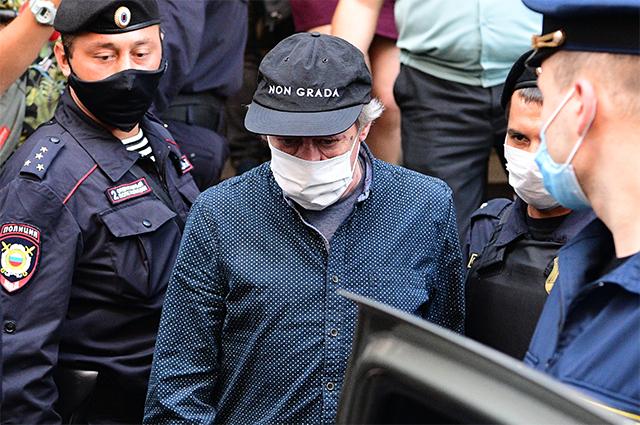 Актер Михаил Ефремов садится в автомобиль у Пресненского суда Москвы после предварительных слушаний по делу о ДТП со смертельным исходом.