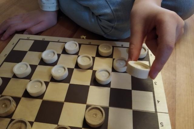 Классика настольных игр - шашки. Они вполне по зубам старшим дошколятам.