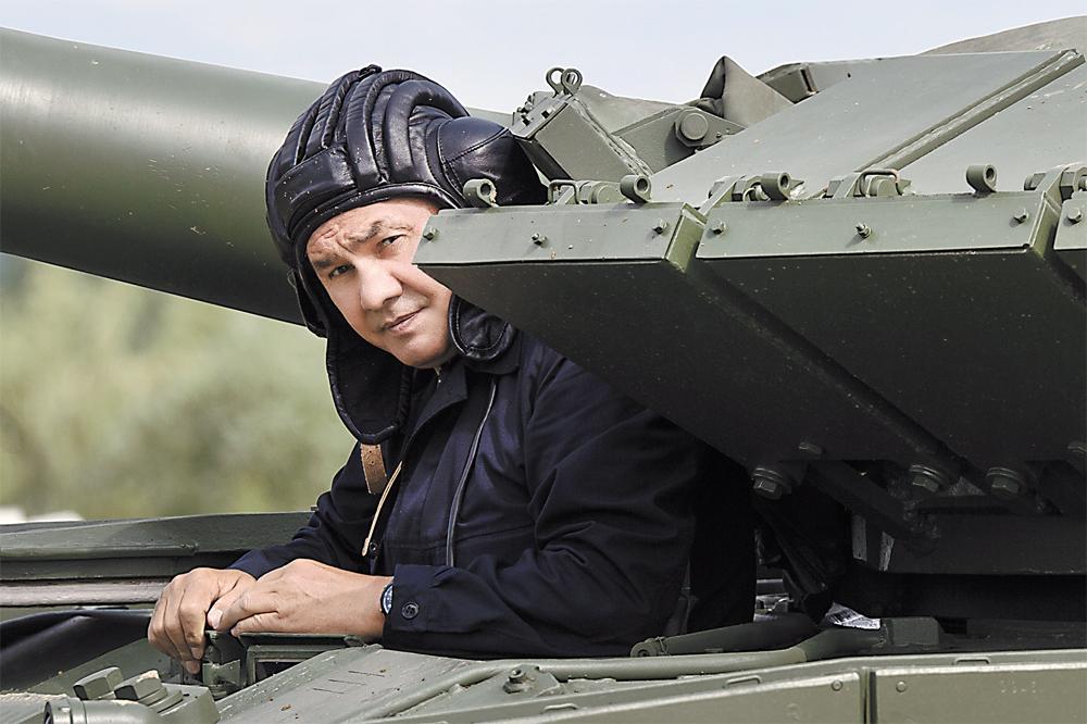 В этом году накануне танкового биатлона министр обороны С. Шойгу проверил трассу на себе, управляя танком Т-80.