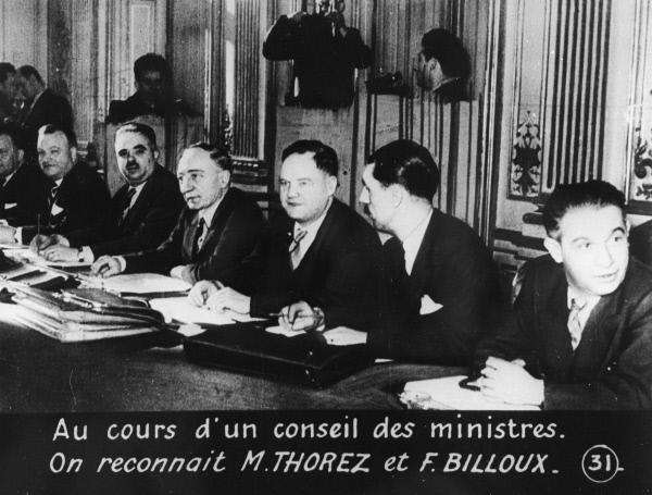 Вице-премьер французского правительства, коммунист Морис Торез (в центре) на заседании Кабинета министров. 1947 год