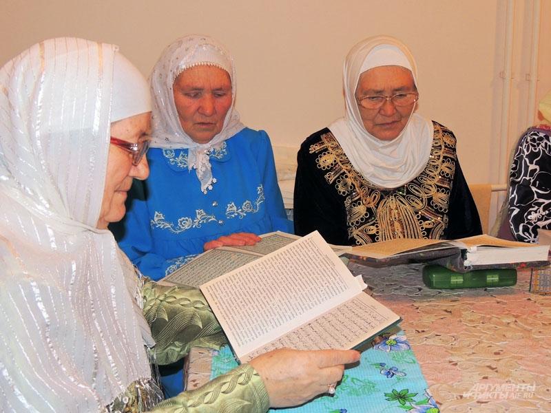 Мужчинам и женщинам в мечети объясняют основы веры. Мусульмане читают Коран.