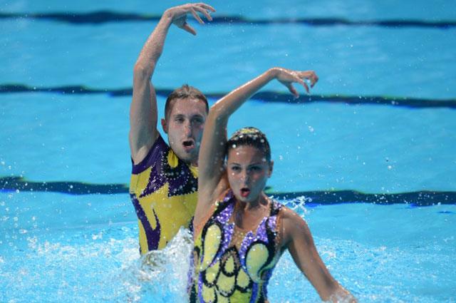 Александра Сабада и Антон Тимофеев (Украина) выступают с технической программой в финальных соревнованиях по синхронному плаванию среди смешанных дуэтов на XVI Чемпионате мира по водным видам спорта в Казани