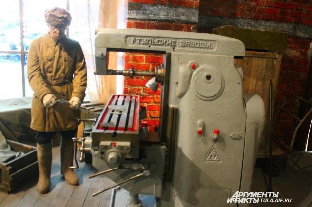 """Одна из частей экспозиции рассказывает о том, как работал тульский музей оружия на Урале во время эвакуации - маленькая печка-""""буржуйка"""", пол, заставленный оружейными ящиками, на которых спали рабочие, и заводские станки."""