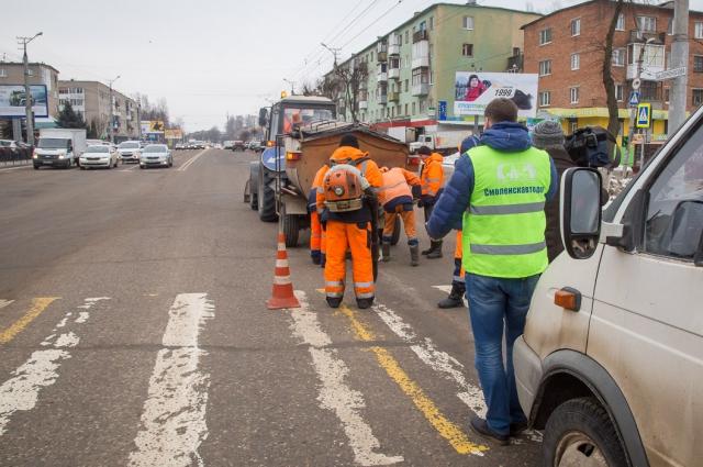 В первую очередь ремонтируют самые оживленные улицы.