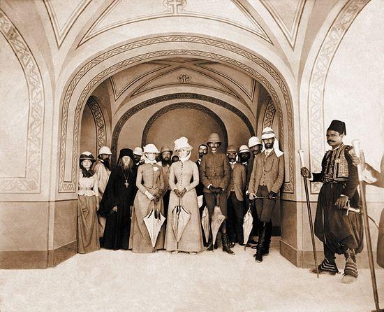 Великий князь Сергей Александрович и Великая княгиня Елизавета Фёдоровна (в центре) в храме Марии Магдалины (Иерусалим).