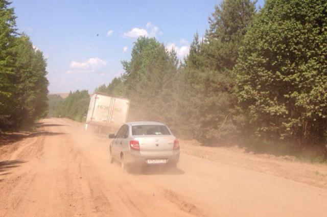 Большегрузы - нередкие гости на этой дороге. Несмотря на то, что при въезде висит ограничение - до 6 тонн. Часто по дороге ездит спецтехника нефтяников (неподалёку находятся нефтепроводы).
