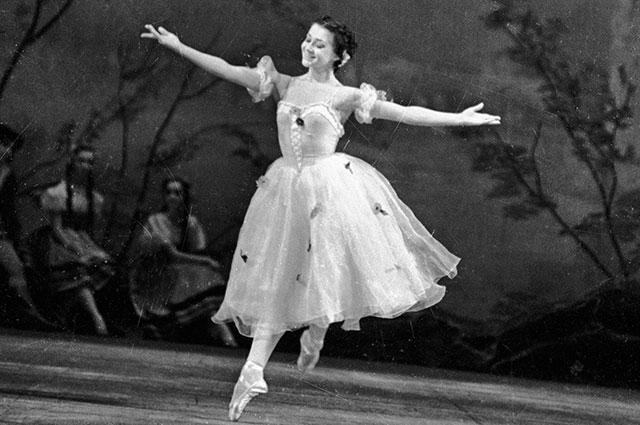 Екатерина Максимова исполняет партию Жизель, 1960 г.