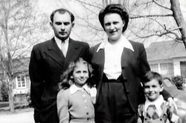 Михаил и Елизавета Мукасей с детьми.