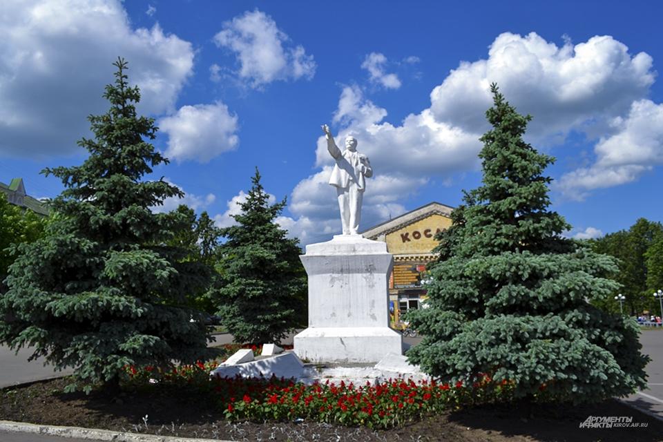 На Площади Революции устоял даже памятник Ленину, хотя его верх уже откалывался и ремонтировался.