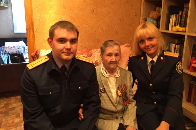 Три года подряд к Анне Сергеевне приходят сотрудники следственного отдела по Ленинскому району Кемерова, чтобы сказать спасибо за Победу и поздравить с праздником.