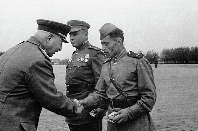 Иван Баграмян награждает участников штурма города Кенигсберга.